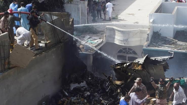 Pakistan Karaçi kentinde 107 yolcu taşıyan uçak düştü kurtulan yok!.