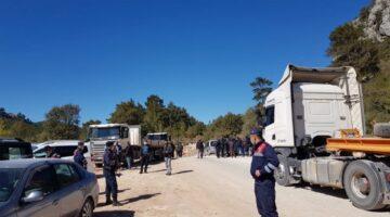 Yolu kapatıp eylem yapan köylüler: 'Kendi köyümüzde mülteci gibiyiz!'